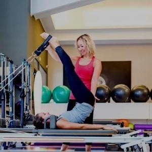 Immagine pilates con personal trainer scura
